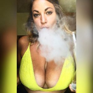 @harvey_stoned-stoner-girl-dank-diva-ganja-girl-weed-hit-it