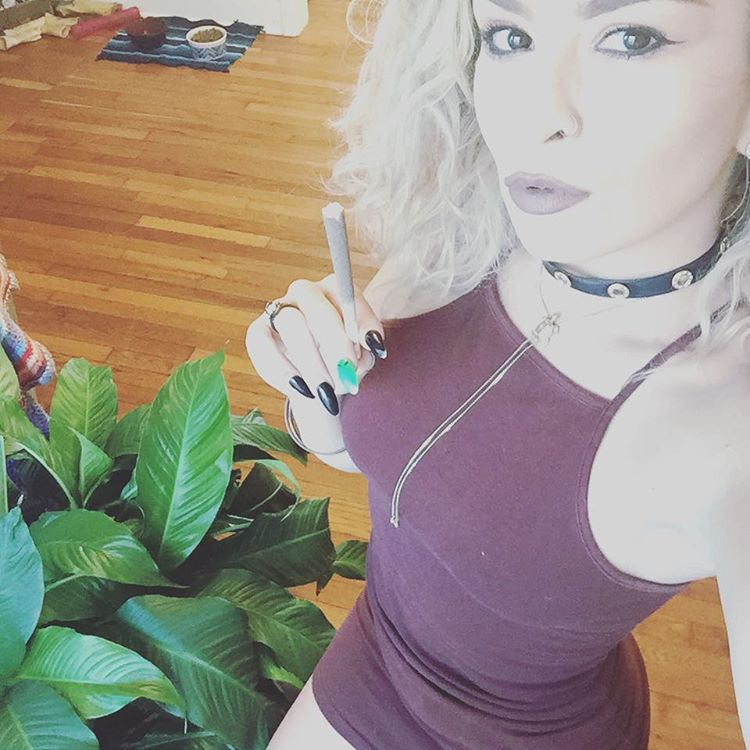 @marijuana_primadonna710-stoner-girl-dank-diva-ganja-girl-weed-hit-it